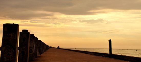 南港在夕阳余晖映照下,构成一幅壮美的渔港画卷