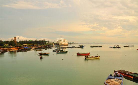 各色颜色的渔船仿佛海面上的点点装饰品