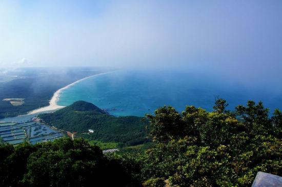 登上山顶时看到的壮观景色(摄影:沧海映月)
