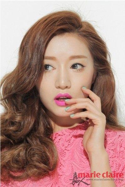 韩国sytlenanda最亮眼的模特 park so ra,她的标志性妆容就是她有点夸张的平粗眉,搭配颜色饱和度很高的咬唇妆。