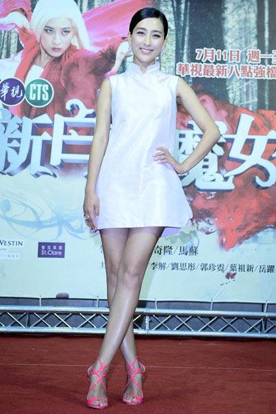 中式立领连衣裙+桃红色凉鞋