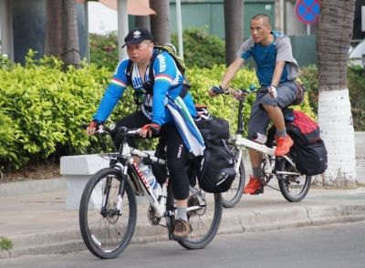 骑行驴友在三亚湾。 记者孙清 摄