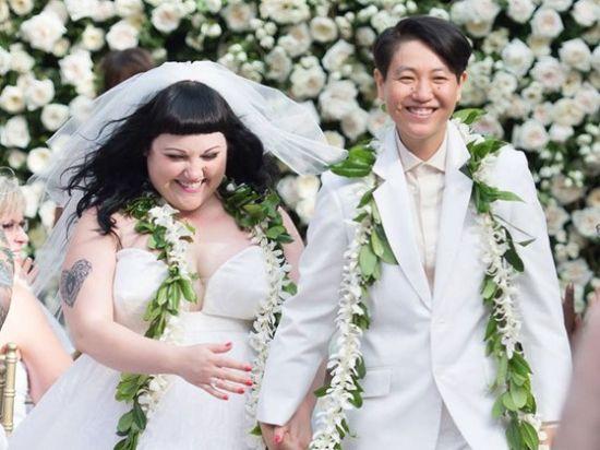 贝丝迪托身穿高缇耶婚纱与同性女友完婚