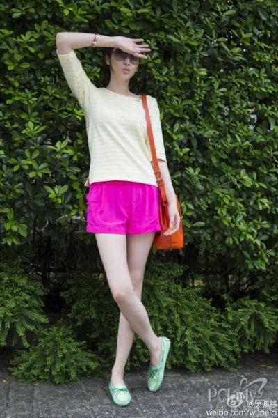桃红色,让女人无法抗拒的色彩,整身糖果色系的装束不可否认,的确让人眼前一亮。