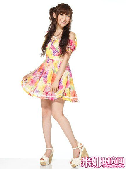 彩色大花朵连衣裙,宛若小公主般俏皮可爱。