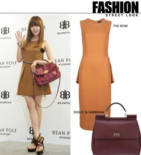 允儿在出席活动时棕色的超短连衣裙秀出美丽的长腿非常清纯可人。搭配酒红色的手提包就更加气质。