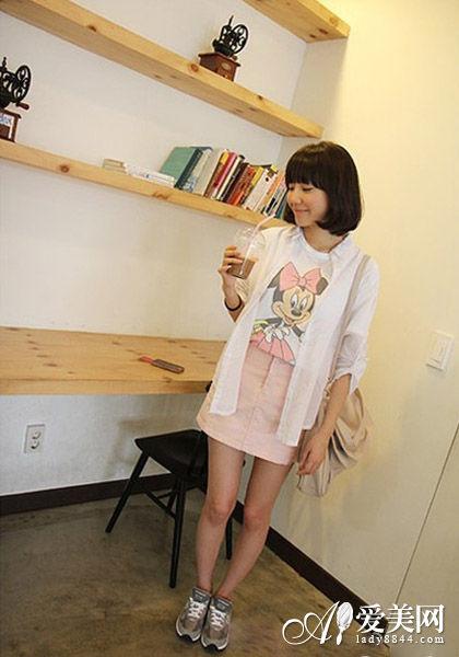 卡通T恤+粉色包臀裙