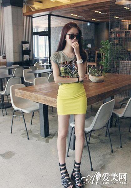 灰色涂鸦T恤+亮黄包臀裙