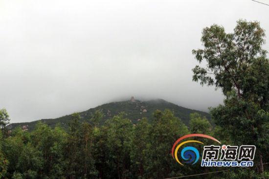 昌江县峻灵王神石在山上 (南海网记者陈望 摄)