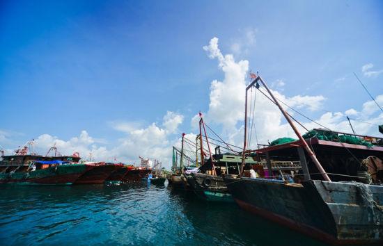 蓝天白云渔船