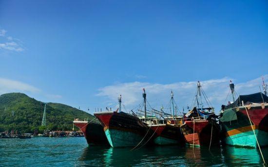 休渔期,停靠岸边的渔船