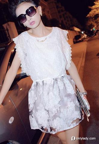 白色蕾丝镂空连衣裙