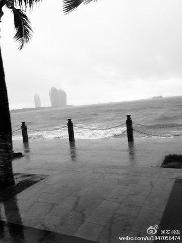7月25日,受狂风暴雨影响,三亚市三亚湾附近海水上涨,淹没部分路面。