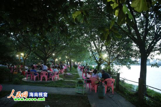 食客在南渡江边违建排挡就餐