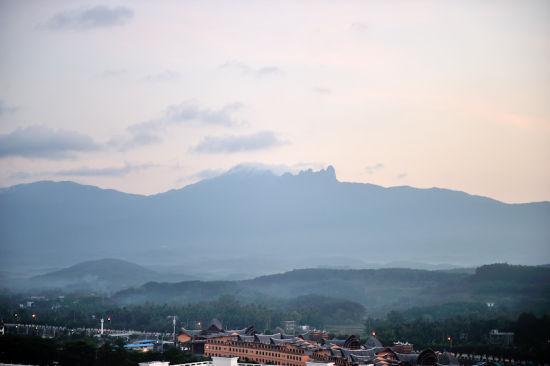 亚洲 中国 海南 正文    进入保亭,抬头可见雨林茂密的七仙岭,低头