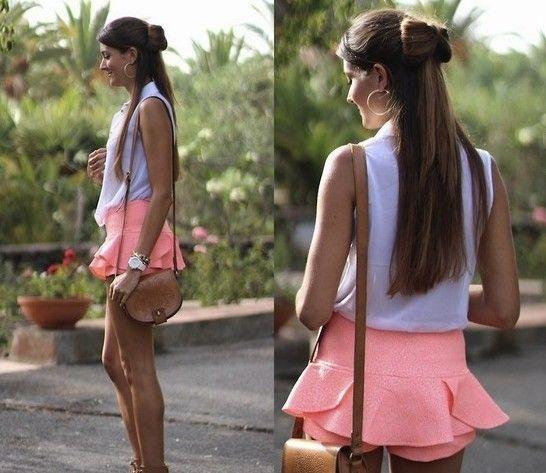 性感蜜桃粉色裙裤搭配白色无袖衬衫青春简约