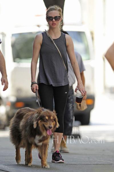 当地时间7月18日,阿曼达·谢弗雷德 (Amanda Seyfried) 带着爱犬在纽约外出散步。