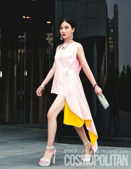 粉色不规则丝质粉裙,加上异域风情印花手包和红唇高跟鞋的点缀,甜美气质展露无遗。