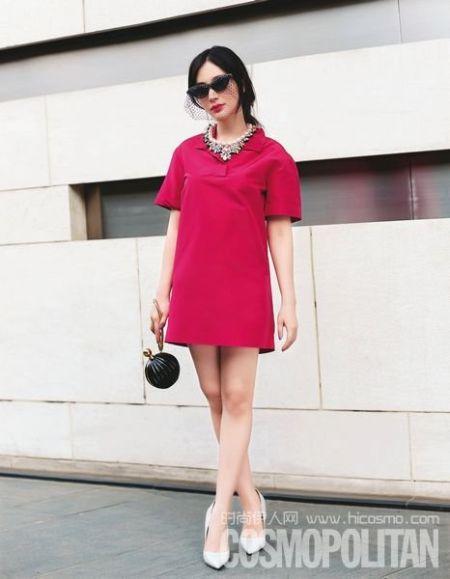 One piece 的丝质玫红衬衫裙配以黑纱装饰墨镜,香水手包和彩色宝石项链的精致搭配,知性又不失妩媚。