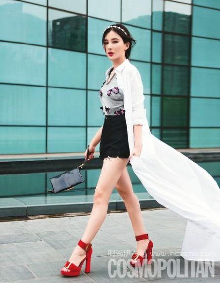 立体花朵点缀的 Tank Top 配以黑色高腰热裤,安全又不失细节,而超长款纯白衬衫裙和猩红色粗跟鞋的搭配让整个造型别具风情。