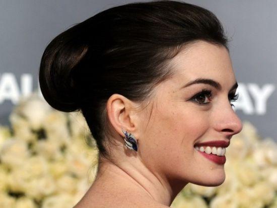 亚光的妆容搭配赫本式盘发,恰到好处。