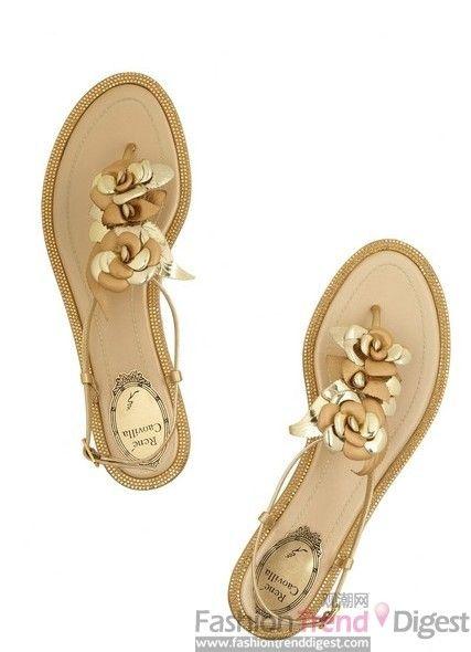 RENé CAOVILLA玫瑰形缀饰铆钉皮质凉鞋,$575。