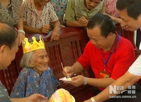 今年7月23日,澄迈县委书记杨思涛为家住永发镇博岸村的114岁长寿老人李爱珠祝寿。蔡德 陈帅 摄