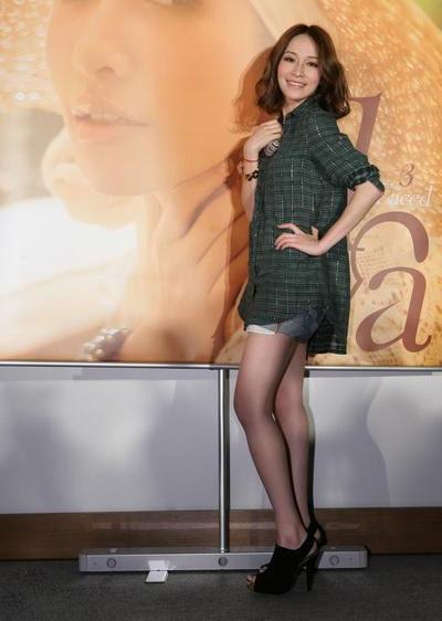 萧亚轩喜欢用长外套和短裤或短裙搭配