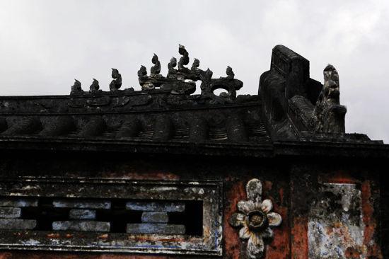 屋宅的前檐雕刻着飞翘的龙头