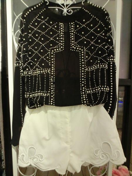 定位珍珠风情上衣+白色绣花短裤