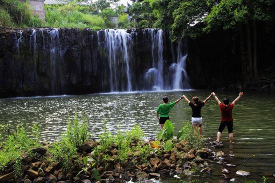 壮观的白石溪瀑布
