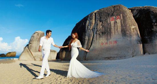 爱TA就去吧誓约的圣境,天涯海角。蔚海蓝天,细柔白沙。婆娑椰风,神秘雨林,风情岛屿三亚,用她与生俱来的一切元素,为您开启温馨隽永的梦幻婚礼之旅。好运情缘,天涯海角,将集结旅游、婚礼、星级酒店等全方位资源,全力打造天涯海角婚庆产品,推出六大个性主题婚礼套餐和八大婚纱摄影套系。让您一生中最幸福动人的时刻在中国最美丽的热带海岛上完美呈现。