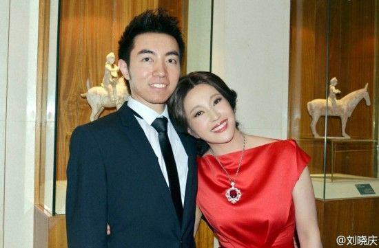 刘晓庆晒与外甥合影 亲密撒娇似姐弟