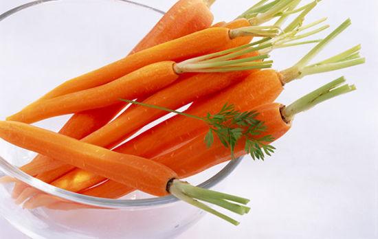 胡萝卜   虽然很多人说胡萝卜汁可以减肥,喝自然榨取或提取的化合物(不加糖的)也可以帮助提高你的视力,降低黄斑病变的几率。这里有一些更多关于胡萝卜的美容技巧:   不均匀的肤色:胡萝卜含有充足的维生素E和-胡萝卜素,你其实可以每个星期一次胡萝卜面膜来改善肤色均匀的问题。把胡萝卜打成泥去汁,加2汤匙蜂蜜,2汤匙燕麦粉,混合在一起。抹在脸上20分钟,然后用清水冲洗干净。   毛发焦枯和分叉:维生素A和维生素E可以保护头发角质层免受伤害,使角质层健康持久,头发分叉会明显改善。每天头发造型前用胡萝卜油抹在头