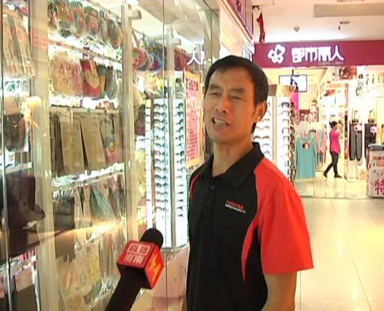 商场清洁工接受采访