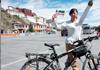 女子骑行进西藏