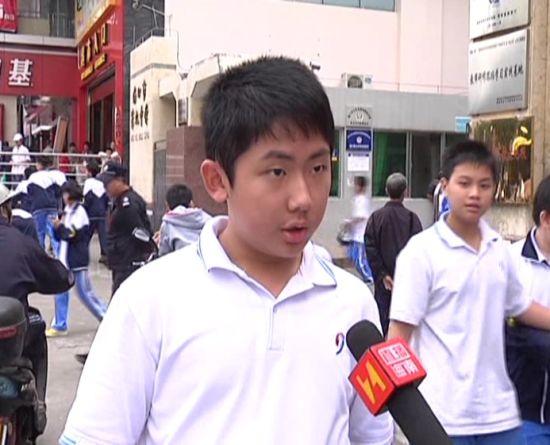中学生接受采访