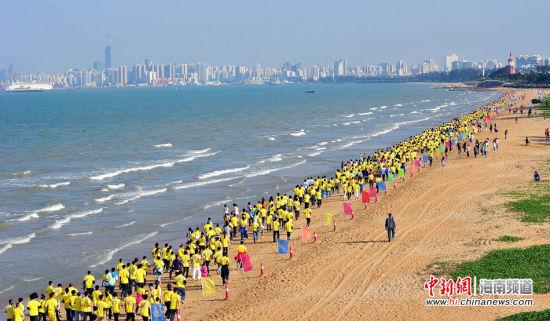 沙滩马拉松30日下午在美丽的海口西海岸假日海滩起跑