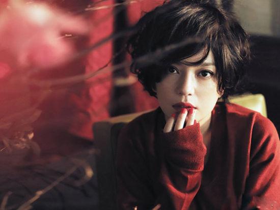 赵薇惊艳红装登杂志封面尽显成熟性感气质