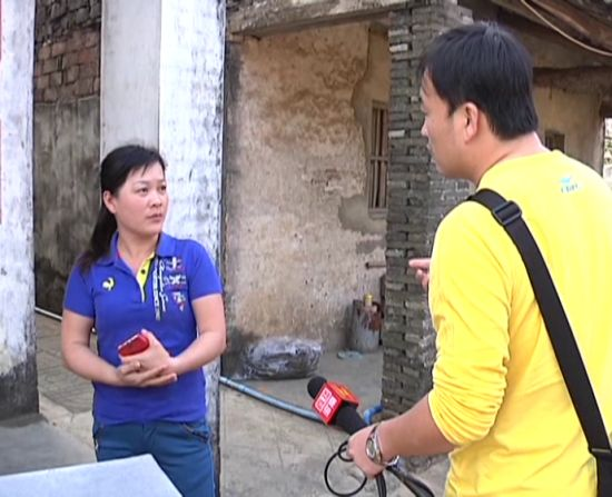 记者在询问吴大姐的女儿