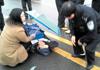 女民警为伤者撑伞