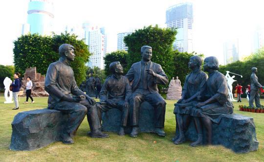 组雕《春风化雨》曾七赴南洋筹款回琼兴学的海南现代教育先驱钟衍林先生与学生们。
