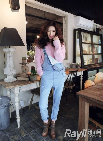 粉色毛衫搭配蓝色牛仔吊带裤