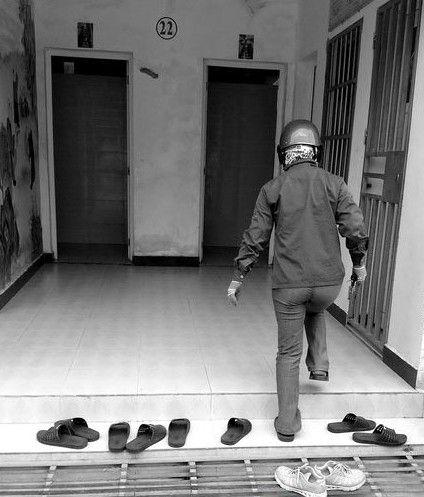一市民换上拖鞋走进公厕如厕。南国都市报记者崔嵛摄