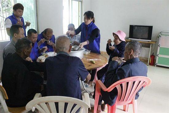 关爱老人志愿服务活动-3月5日是雷锋日,团保亭县委邝小英副书记组图片