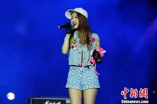 图为歌手王蓉演唱歌曲