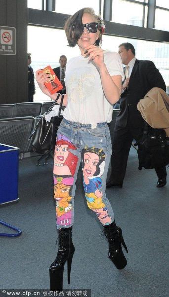 Lady Gaga身穿卡通人物印花裤现身日本成田国际机场
