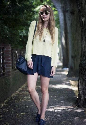 淡黄色T恤+短裙这款淡黄色T恤