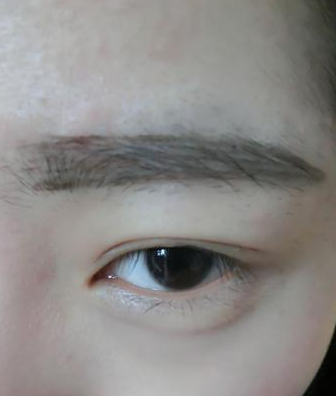 先用眉笔描绘出眉形
