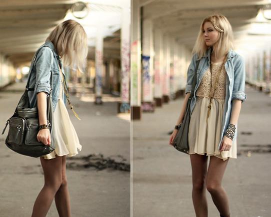 米色连衣裙搭配牛仔外套